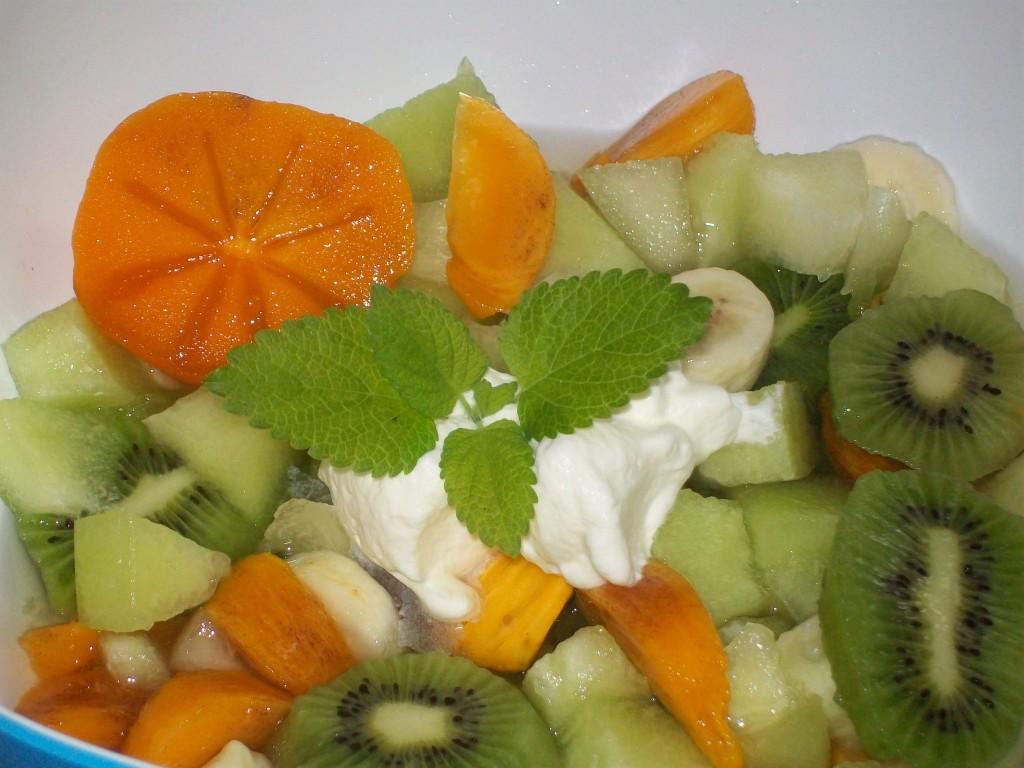 Exotische Fruitsalade met sharonfruit en kiwi  Exotische Fruitsalade met sharonfruit en kiwi