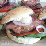 Broodje burger met bacon, topper voor een last minute barbecue