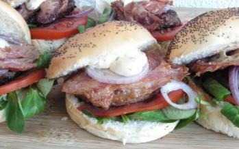 Broodje burger met bacon, topper voor een last minute barbecue