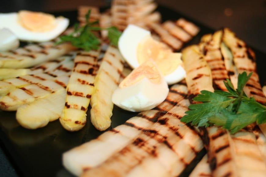 Witte asperges uit de grillpan