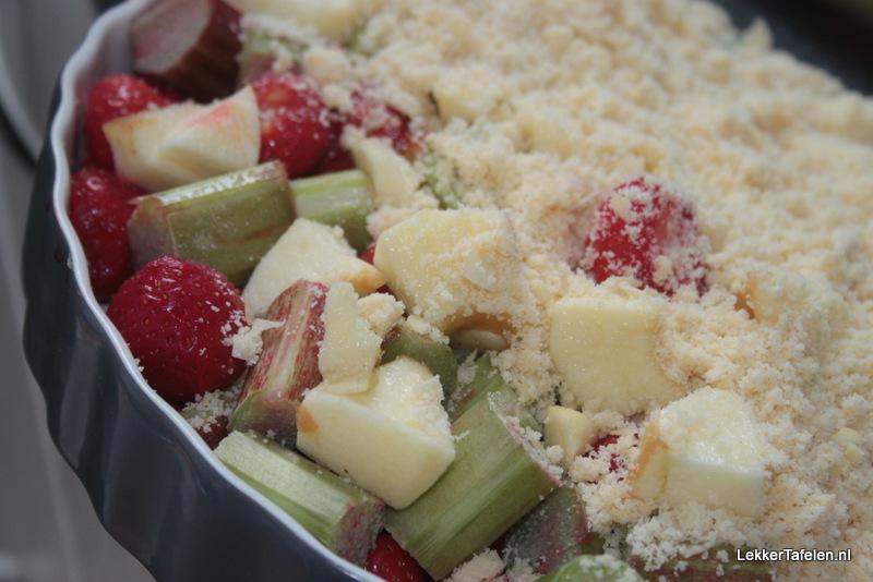 crumble met aardbeien en rabarber