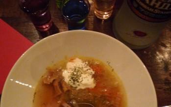 Verwarmende Russische groentesoep met paddenstoelen en zure room