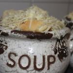Uiensoep van rode uien, gegratineerd met gruyere
