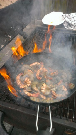 gemarineerde knoflook gamba's op de barbecue