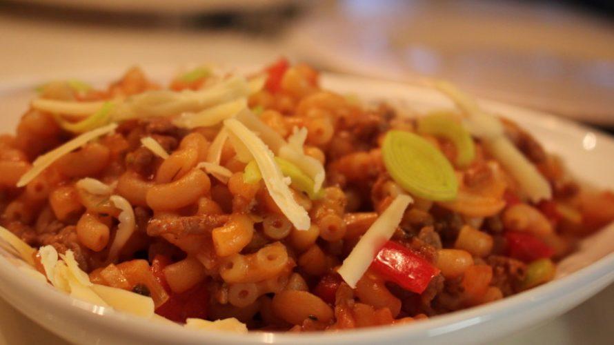 Heerlijke Italiaanse macaronischotel met gehakt en groenten