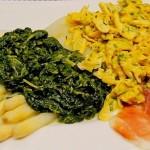 Asperges met spinaziesaus, roerei en rauwe ham