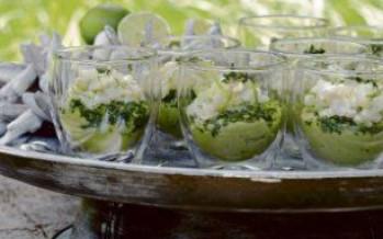 Rauwe zeebaars met verse avocado en verse kruiden