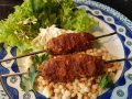 Kebab menu van de barbecue met Tzatziki en Fregola