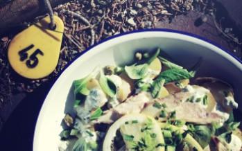 Kruidige aardappelsalade met gerookte makreel
