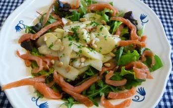 Salade met gewokte asperges en gerookte zalm.