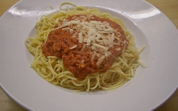 Spaghetti met pittige tomatensaus en Parmezaan