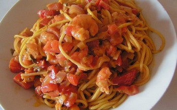 Spaghetti met garnalen in tomaten-roomsaus