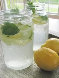 Water met komkommer en citroen