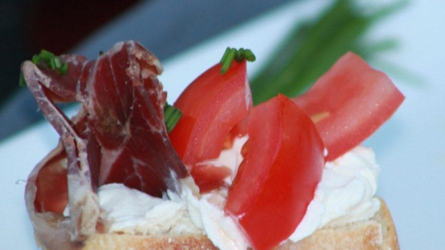 Bruschetta met Herderham, tomaat en zuivelspread