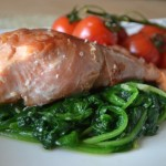 Zalm in parmaham met spinazie en trostomaatjes