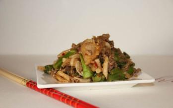 Wokschotel van Chinese broccoli, Noedels en rundergehakt