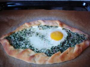 Turkse Pizza met spinazie en ei