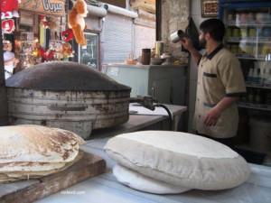 Manakeesh met za'atar, Libanees platbrood- saj met kussen
