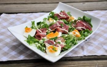 Broeivet salade met rookvlees en ei