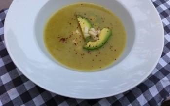 Waterkerssoep met avocado en chilivlokken