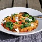 Zomerse pasta met geitenkaas, tomaat en spinazie