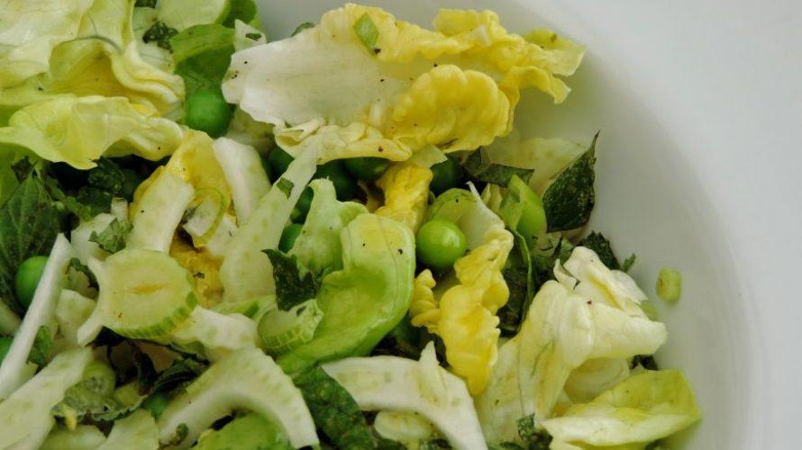 Groene salade met doperwten; Puur natuur