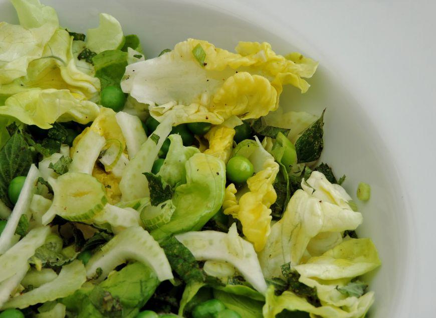 groene salade met doperwten