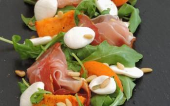 Lichte zomerse salade met verse abrikozen