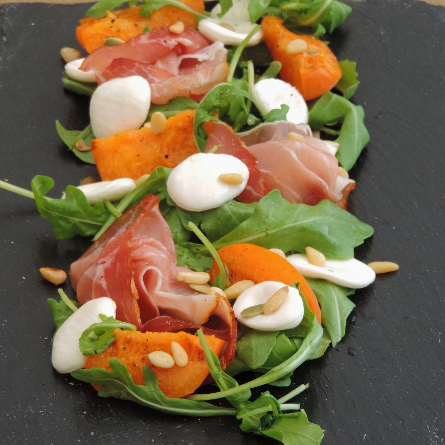salade met verse abrikozen