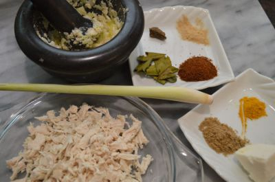 Lemper ajam; kleefrijstrolletje gevuld met kip