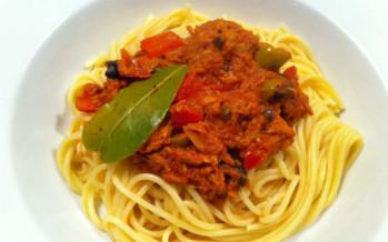 Vis uit Blik recept: Tonijnspaghetti met kappertjes en olijven