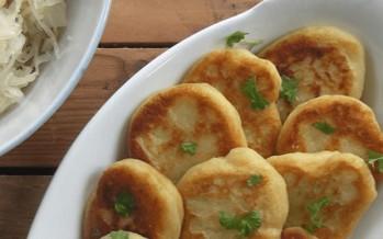 Erdäpflblattlan : Zuid-Tiroolse aardappelpoffertjes met zuurkool