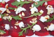 Carpaccio van rode bietjes met roomkaas en peer