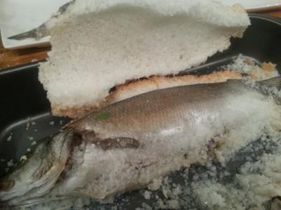 Zeebaars in een zoutkorst; Met volop verse kruiden