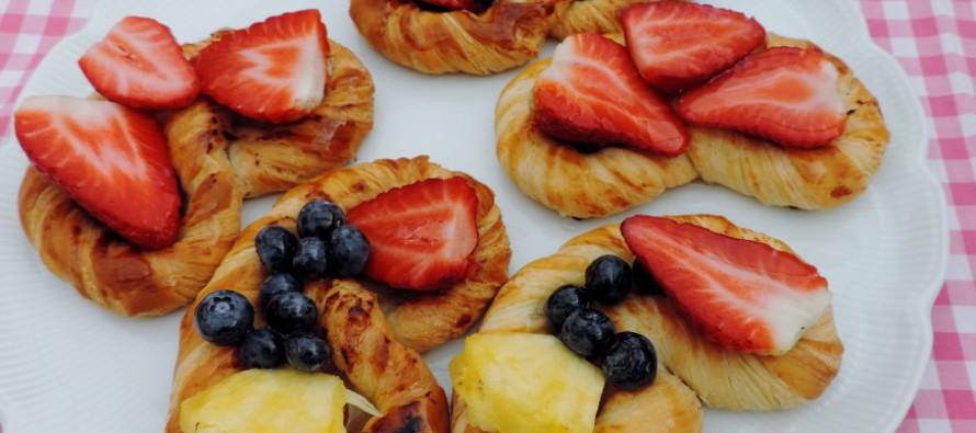 Heerlijk koffiebroodje, een krakeling met vers fruit