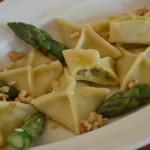 Homemade fagotinni; Pastapakketjes gevuld met groene asperges