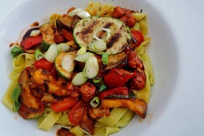 Tagliatelle met gegrilde groenten en pittige kalkoen worstjes