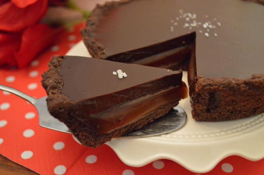 https://lekkertafelen.nl/wp-content/uploads/2015/06/Chocoladetaart-met-licht-gezouten-karamel.jpg
