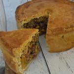 Pie met gehakt, mais en gedroogde abrikozen
