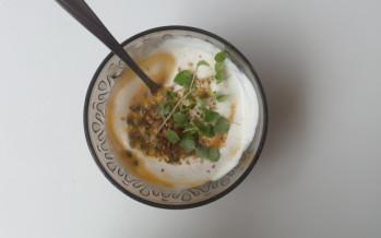 Yoghurtdip met passievrucht, anijscress en za'atar