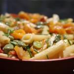 Pastasalade met tuinbonen, spek en abrikozen
