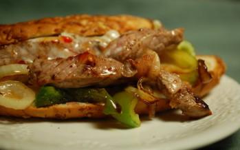 Amerikaans broodje warm vlees: Philly steak sandwich