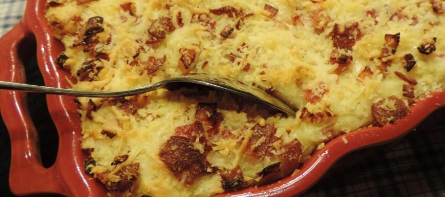 Zuurkoolschotel met vers fruit, ham en kaas