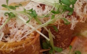 Hartige gevulde pannenkoek met kip en groentesaus