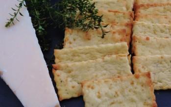Polenta crackers met kaas en rozemarijn