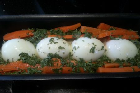 Groenteterrine met ei in de maak