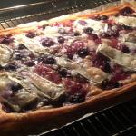Plaattaart met gekaramelliseerde ui, bosbessen en geiten camembert; simpelweg verrukkelijk!