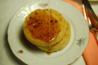 crumpets met boter en ahornsiroop