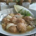 Gehaktballetjes met feta in een witlof stoofpotje met groene pepersaus