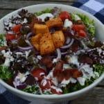 Kleurrijke salade met lollo rosso en lollo bionda